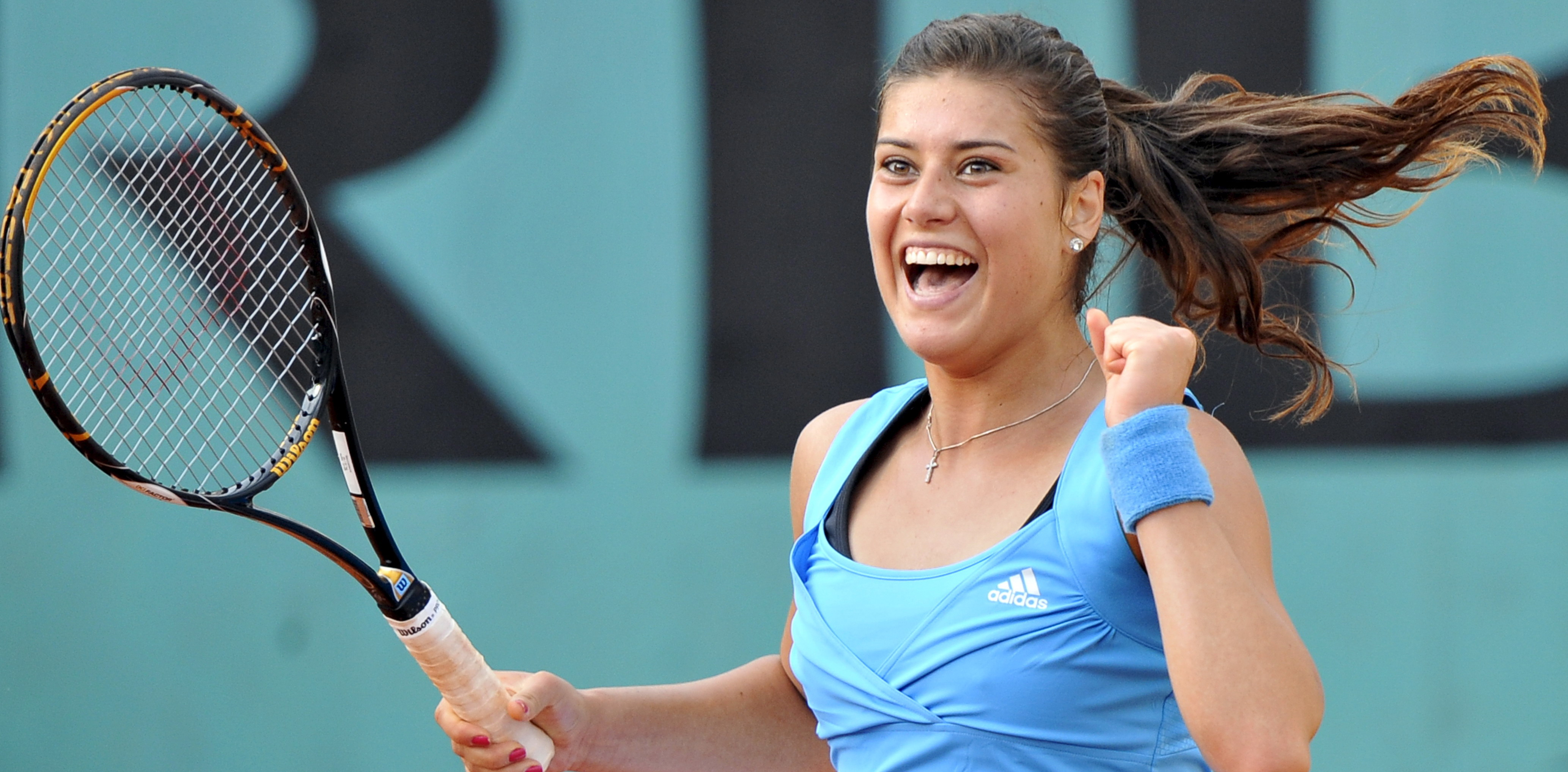 epa01748430 Romania's Sorana Cirstea celebrates winning against Serbia's Jelena Jankovic during their fourth round match for the French Open tennis tournament at Roland Garros in Paris, France, 01 June 2009.  EPA/HORACIO VILLALOBOS
